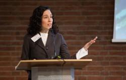 Saba Detweiler, qui travaille avec le Bureau des affaires extérieures de la communauté bahá'íe allemande, prenant la parole lors d'une réunion en avril 2017 pour discuter de la manière dont les contributions constructives de la religion à la société pouvaient être mieux comprises et renforcées.