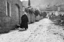 Photo de 1920 montrant 'Abdu'l-Bahá aux abords de sa maison dans la rue Haparsim à Haïfa. Il a travaillé sans relâche pour promouvoir la paix et veiller à la sécurité et au bien-être des habitants d'Acre et de Haïfa.