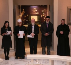 De gauche à droite) Carmel Irandoust, secrétaire générale adjointe de la Communauté internationale bahá'íe, lisant une prière aux côtés du cheik Jaber Mansour, du rabbin David Metzger, de l'émir Muhammad Sharif Odeh et du père Yousef Yakoub.