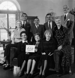 Première institution bahá'íe en Italie, l'Assemblée spirituelle locale de Rome, en 1948. La Main de la Cause de Dieu, Ugo Giachery, se tient à l'extrême droite et était membre de cette instance.