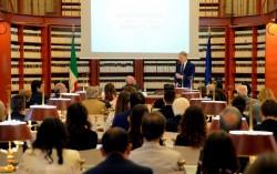 Le sénateur italien Lucio Malan s'exprimant lors d'une célébration du bicentenaire de la naissance de Bahá'u'lláh au parlement italien en octobre 2017. Des législateurs, des responsables religieux et des fonctionnaires se sont réunis à la Sala del Refettorio du parlement, où sont conservées des archives et des lois de la législature italienne et où des événements spéciaux sont parfois organisés.