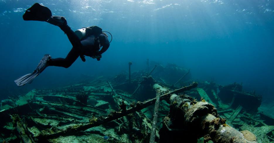 Best diving in the Caribbean; bahamas scuba diving around the ship wrecks off Eleuthera Island. Take a Bahamas Island Hopping tour from Florida to Bahamas with Bahamas Air Tours.