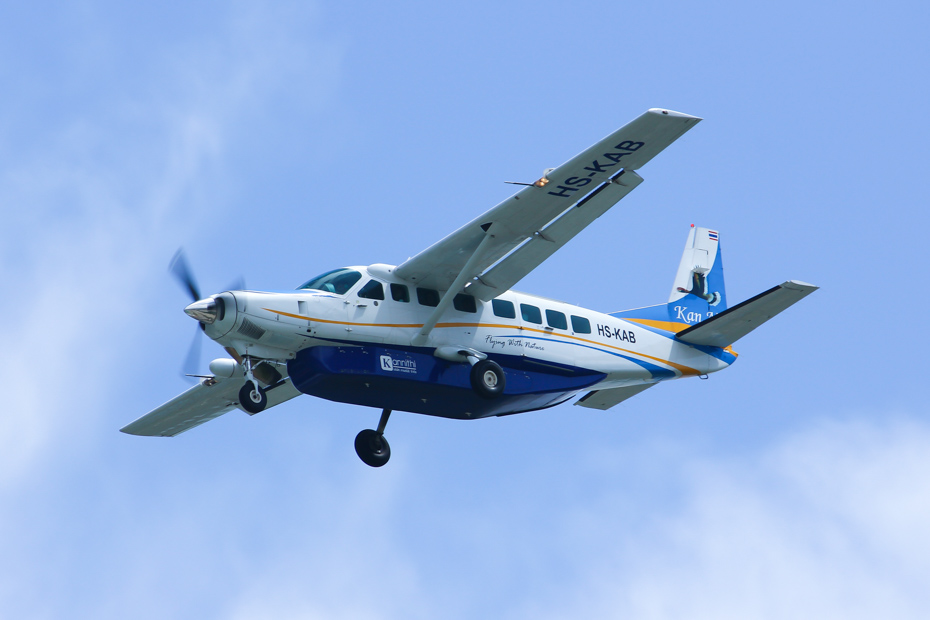 Private Bahamas air charter flies high above the Exuma Cays. Flying on a Pig Beach excursion from Nassau to Staniel Cay flights to Bahamas vacation for all the family.