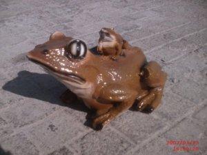 İkili Kurbağa Heykelleri