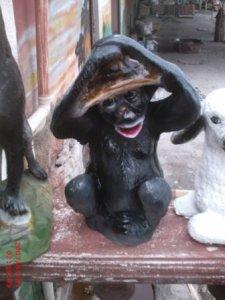 Şapkalı Maymun Heykeli