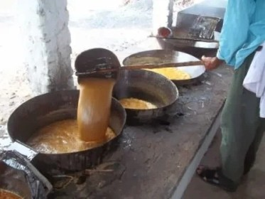 O caldo de cana sendo fervido nos tachos de cobre do jeito artesanal de se fabricar o açúcar desde o século XVI. Essa foto foi tirada no Engenho Mororó no Rio Grande do Norte, engenho este que ainda produz açúcar de forma tradicional.