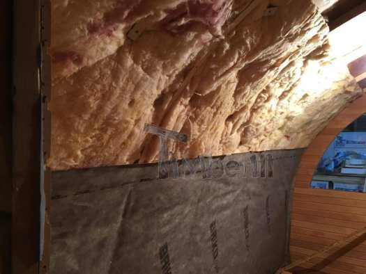 L'installation De La Laine Minérale Et De La Couche De Vapeur De L'intérieur Du Sauna.