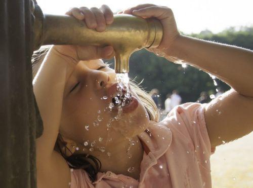 Por qué nos da sed después de comer y el agua fría es lo mejor para combatirla