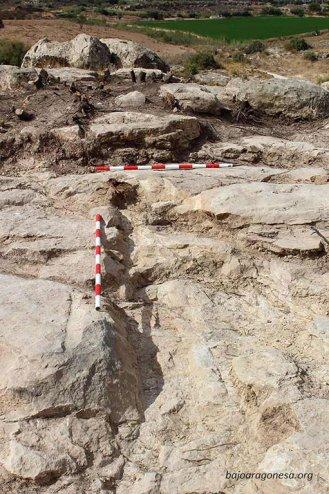Sobre la roca, las huellas de los dientes de una pala excavadora. Junto a uno de ellos, el único testimonio in situ de la deposición original del cuerpo del brigadista: su pie izquierdo. El resto fue desperdigado por el cazo.