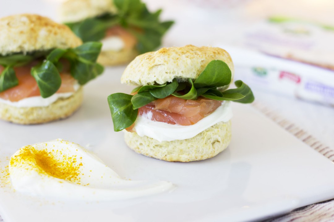 Mini scones salati con salmone, formaggio cremoso e valeriana