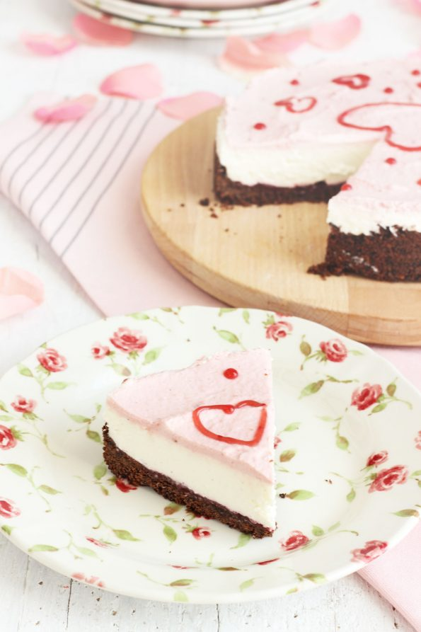 Cheesecake senza cottura di San Valentino ai lamponi e cioccolato. Foto 2/3