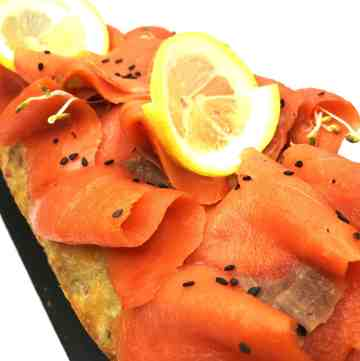 Salmon cake by Nicolas Bernardé is one of the best savoury cakes filled with fresh and smoked salmon, green olives, cheese and green onion. Follow this easy recipe and serve this colorful appetizer for brunch or dinner! #salmon #salmonrecipes #salmoncakes #smokedsalmon #appetizers | www.bakinglikeachef.com