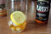 Glas met rum, citroen en ijsblokjes