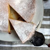 Taartpunt van gecondenseerde melk taart op taartschep