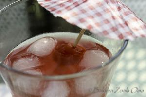Cherry whispers cocktail met cocktailkers met een parasolletje