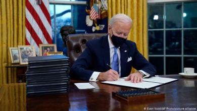 """صورة بايدن يتخلى عن """"زر ترامب الأحمر"""" المثير للدهشة"""