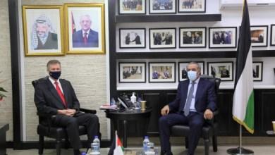 صورة حسين الشيخ يطلع القنصل البريطاني على آخر التطورات السياسية