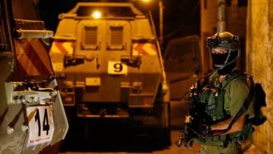 صورة الاحتلال يعتقل 5 أسرى محررين من بلدة حزما بالقدس