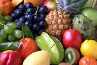 Exotische enzymreiche Früchte liegen nebeneinander