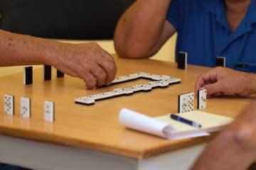 Los juegos de mesa ayudan a estimular las capacidades mentales de las personas mayores
