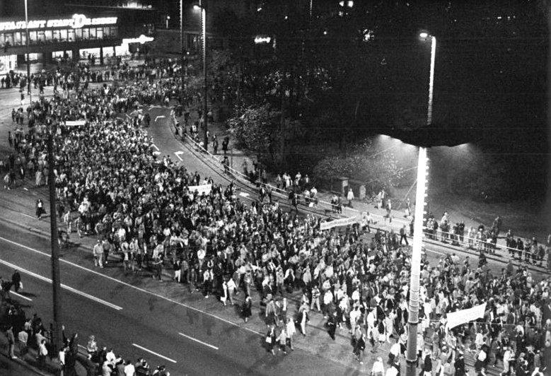 Manifestaciones los lunes en Leipzig en 1989 (Bundesarchiv, Bild 183-1989-1023-022 / Friedrich Gahlbeck / CC-BY-SA 3.0)
