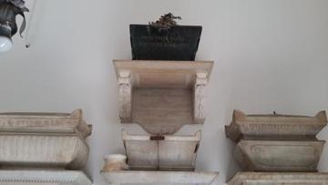 L'urna dove vengono custodite le ceneri di Dora d'Istria, un omaggio dell'Istituto dei sordomuti di Firenze