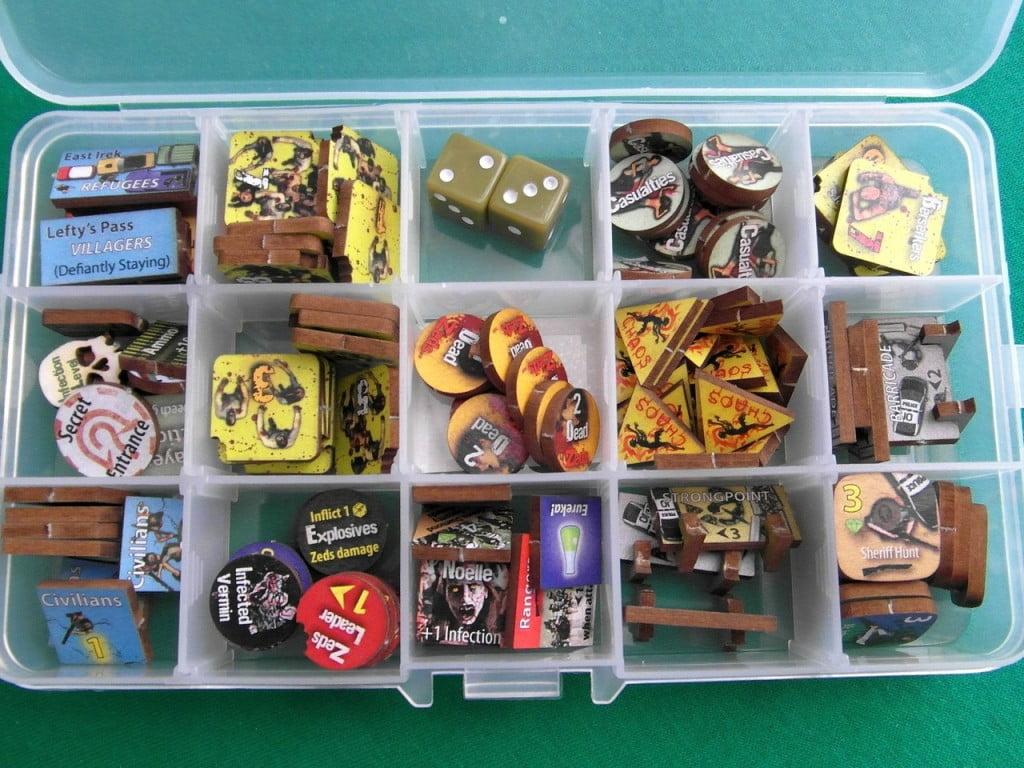 Tutti le pedine di DotZ entrano in un piccolo portaminuterie che entra comodamente nella scatola.