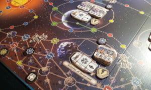 Navigare nel sistema di asteroidi richiede buoni scudi... o tanti soldi per riparare i danni.