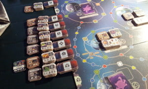 L'area a sinistra del tabellone in entrambe le varianti ospita i segnalini delle varie culture, pronti a entrare in gioco man mano che i rispettivi mondi vengono esplorati