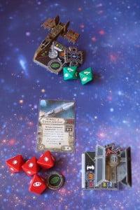 Avendo abilità 9 Darth Vader è il primo a sparare: il missile a concussione raggiunge l'Hawk e lo danneggia, nonostante le abili manovre del pilota ribelle.