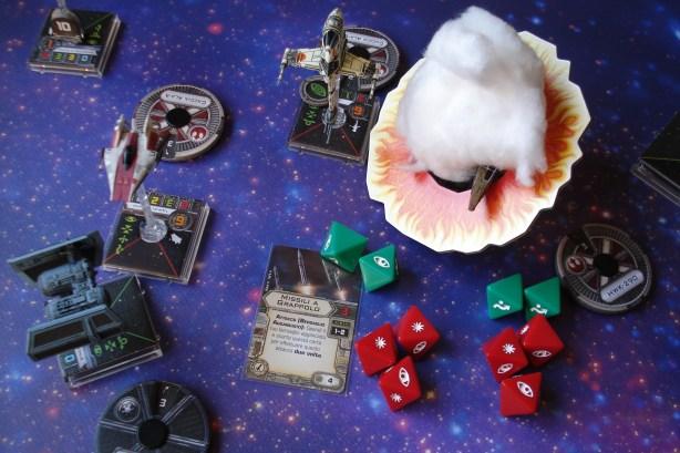 Il TIE Bomber è circondato dai nemici, e per quanto robusto rischia grosso: decide di sparare una salva di missili al lento e danneggiato Hawk. Centro perfetto! L'Hawk si disintegra sotto l'impatto dei missili.