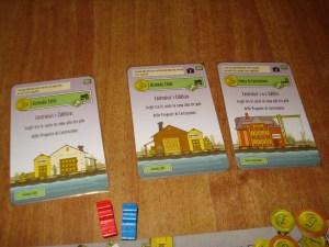 Gli edifici iniziali sono solo tre, e servono a costruire gli altri edifici. Sono di proprietà della città, ma i giocatori possono comprarli in denaro, volendo. Comunque è possibile usare gli edifici della città e degli altri giocatori semplicemente pagando l'obolo scritto in alto a destra sulla carta.