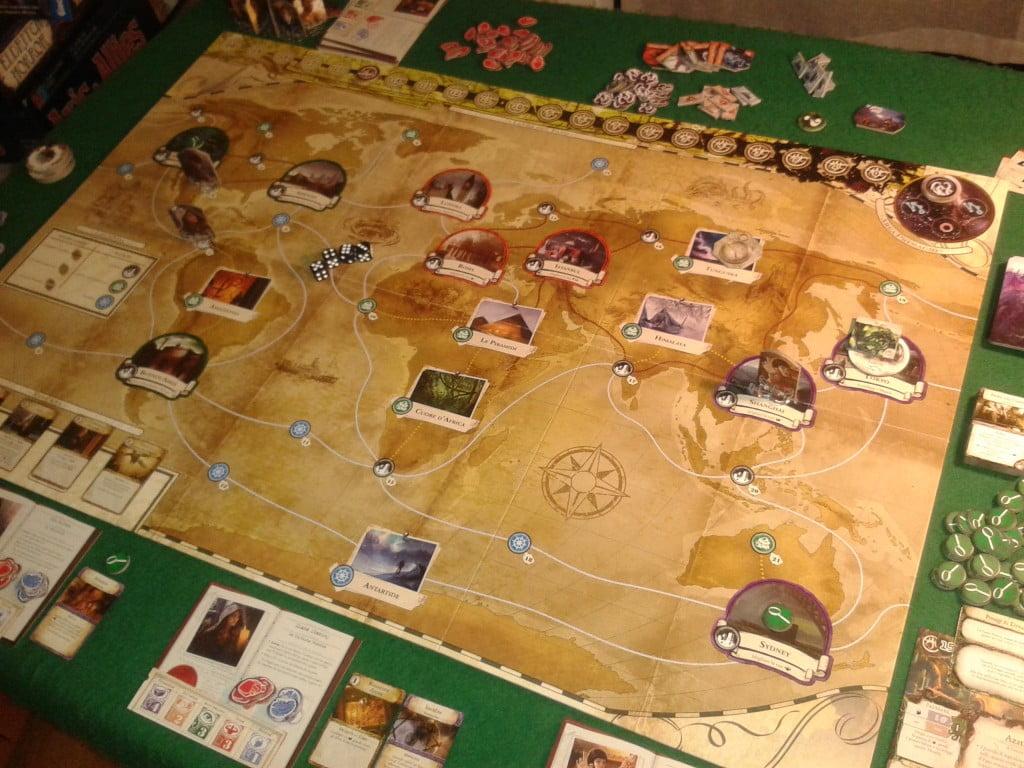 La mappa del gioco: un planisfero, invece della sola città di Arkham. Tutto è pronto per una partita con 3 investigatori...