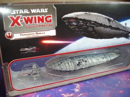 La scatola del Trasporto Ribelle col suo X-Wing di scorta.