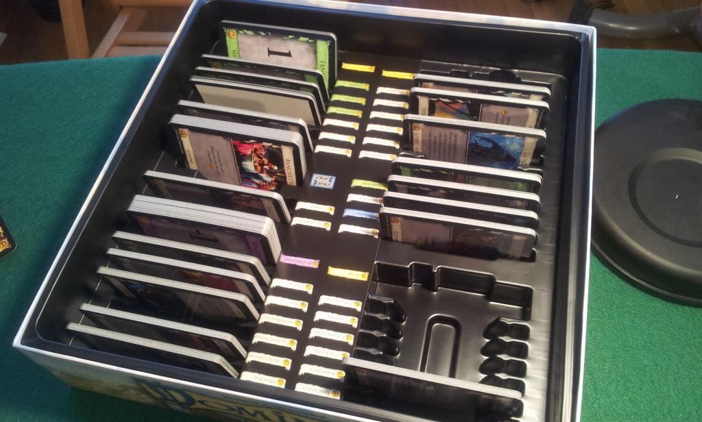 Le scatole di Dominion sono state progettate in modo che sia possibile riporre le carte ordinatamente: in questo modo il setup di una partita è molto più rapido.