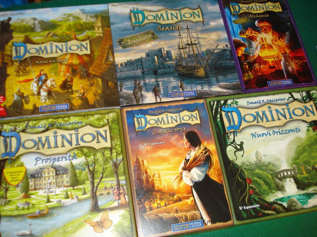 Le scatole di Dominion di cui parliamo in questa recensione; manca Intrigo, che è in ristampa.