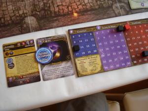 La carta con le caratteristiche dell'Arcanista (a sinistra), un equipaggiamento appena evocato, e la plancia segnapunti per Incanalare, Mana, Danni e Vita.