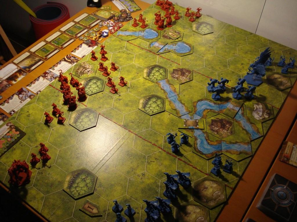 Il campo di battaglia è diviso in tre zone longitudinali da linee rosse tratteggiate.