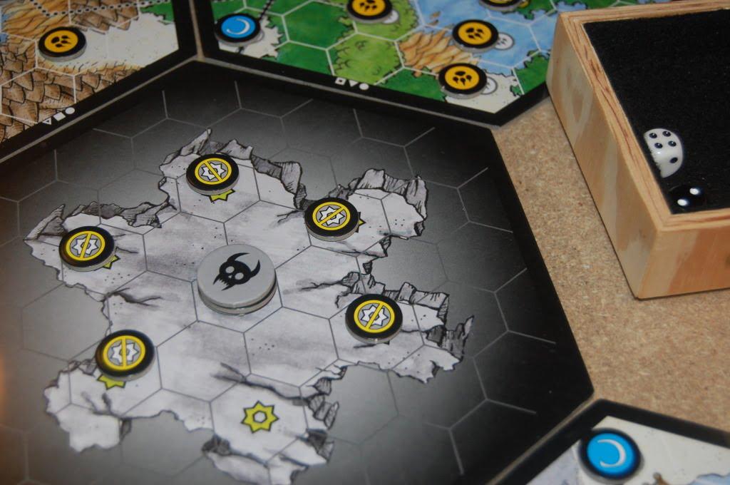 Una partita in corso. Al centro, un'ombra sta lentamente prendendo forma, Ancora per parecchi turni non entrerà in gioco diventando , con molte probabilità, ogni turno più temibile.
