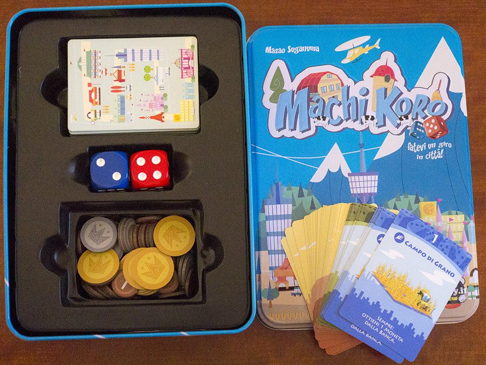 La scatola è piena di carte colorate, monete di diversi tagli e... dadi giganteschi!