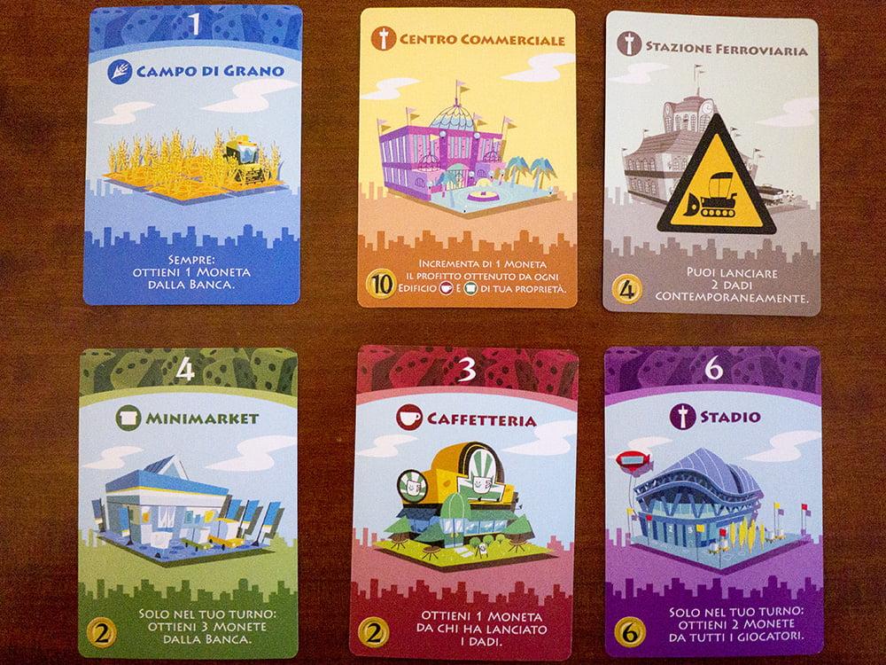 Tutte le tipologie di carte presenti nel gioco: belle, colorate e, soprattutto, telate. E per fortuna che c'è l'edizione italiana del gioco, perché la dipendenza dalla lingua è alta.
