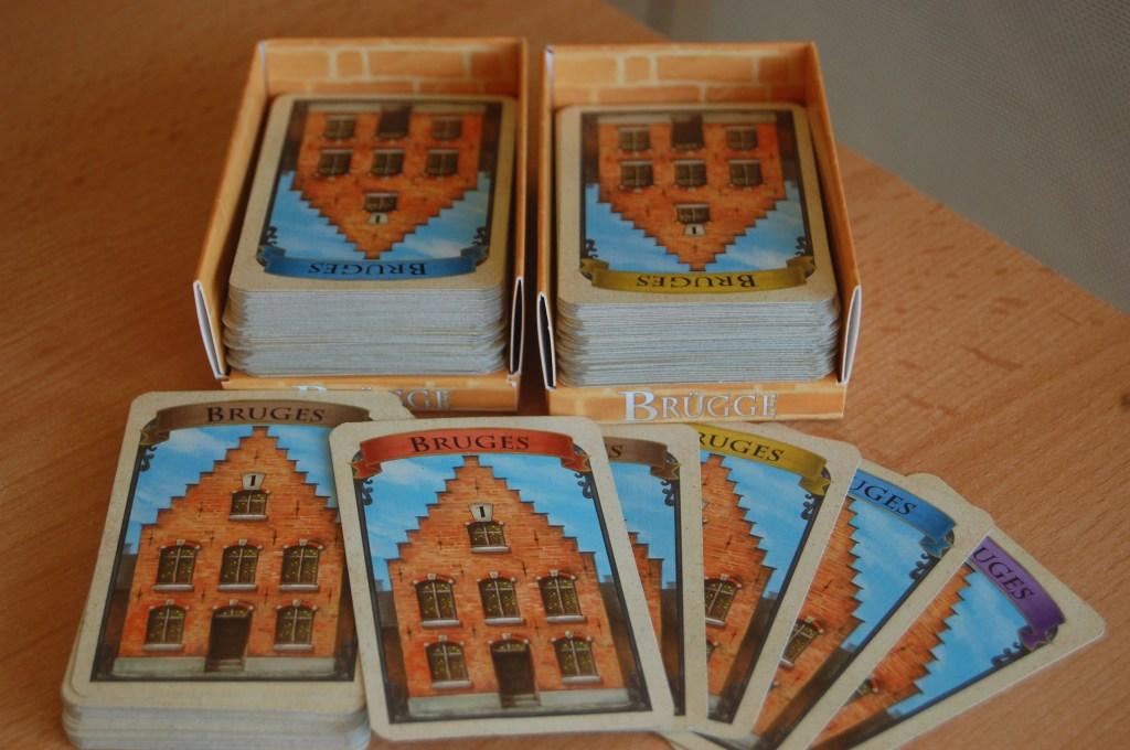 I portacarte sono una finezza che non permette a nessuno di sbirciare sotto qualche carta messa male. Contengono i 2 mazzi del gioco. Dal mazzo di riserva vengono mostrati i 5 colori delle carte.