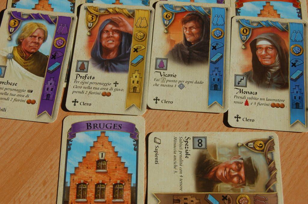 """Questo giocatore ha arruolato 5 personaggi. Il personaggio in basso è """"tappato"""" perchè durante questo turno ha già usato la sua abilità speciale."""