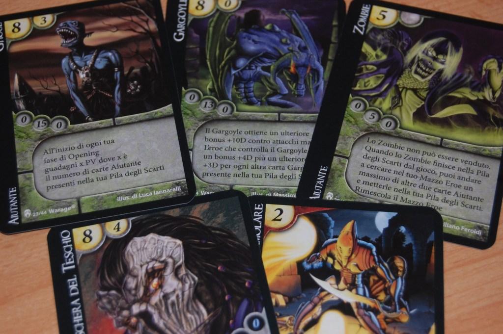 """Le carte dell'espansione """"Cripta"""" richiamo background splatter."""