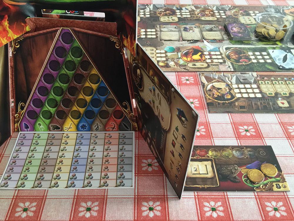 Il giocatore rosso è pronto per iniziare, come potete notare dal foglio immacolato con i diversi alchemici (in basso).