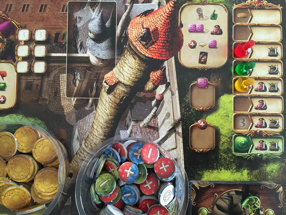 I 3 giocatori hanno prenotato la propria posizione per il primo turno con le rispettive ampolline colorate.