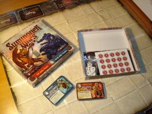 Una delle espansioni maggiori, a tutti gli effetti un set completo per giocare a Summoner Wars, anche se con solo due fazioni. Si noti il tabellone cartaceo, ma dalla grafica identica alla versione deluxe.