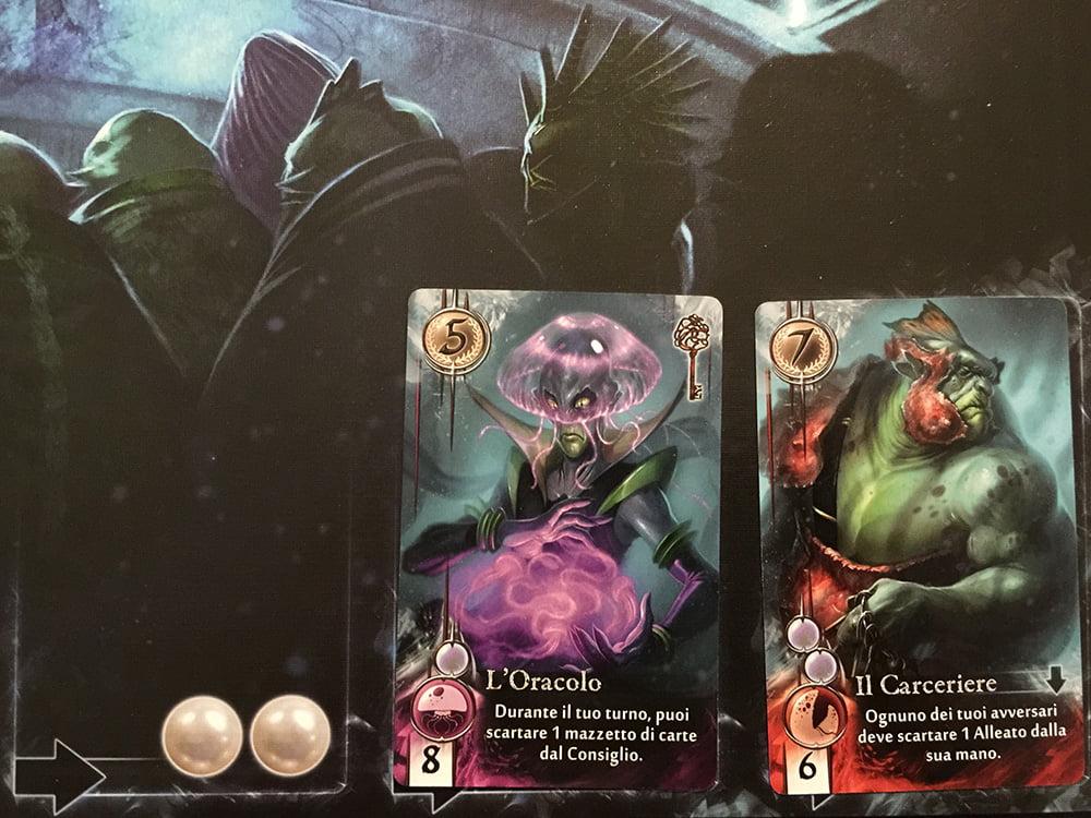 Sono rimasti solo 2 nobili a corte: in casi come questo, vengono girate 4 nuove carte e il giocatore di turno riceve 2 perle extra (come indicato sul tabellone). Negli altri casi, invece, deve pagare 1 perla per aggiungere da 1 a 3 nobili nuovi.
