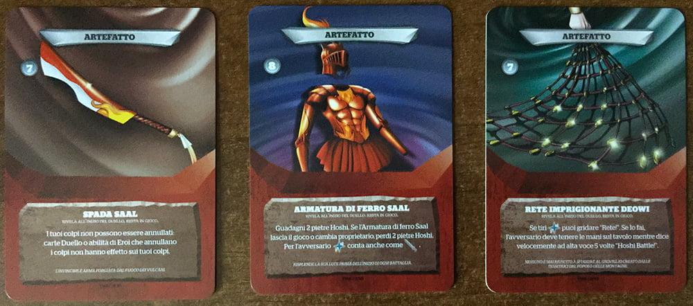 L'ultima categoria delle carte duello è quella degli artefatti, che comprende una serie di oggetti equipaggiabili dai nostri eroi.