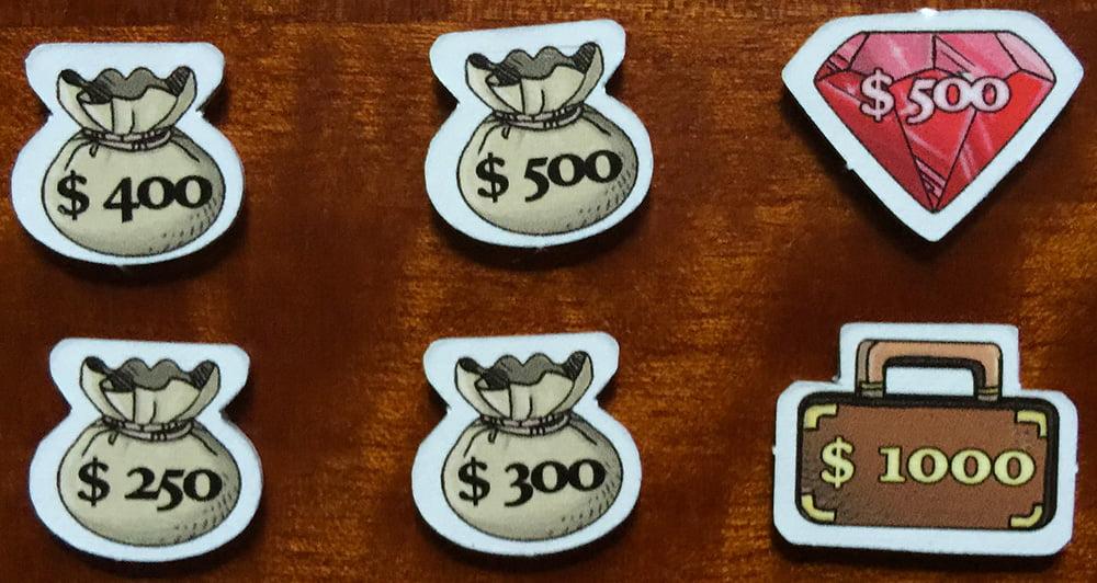 Diversi segnalini bottino: le gemme valgono tutte 500, le valigie 1000, mentre i sacchi variano da 250 a 500 (quindi è importante pescare quello giusto...).